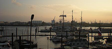 Abend im Hamburger Hafen, Foto: Gerhard Schotter